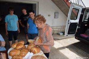 Gospa Slavka, ki nas je navduševala s svojo energijo, nam je v krušni peči spekla kruh.