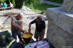 Lojze in Darko  in sta nam tudi letos skuhala žgance v bakrenem kotlu.